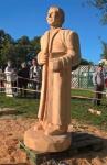 Une statue de Franz Stock en bois offerte aux Amis de Franz Stock